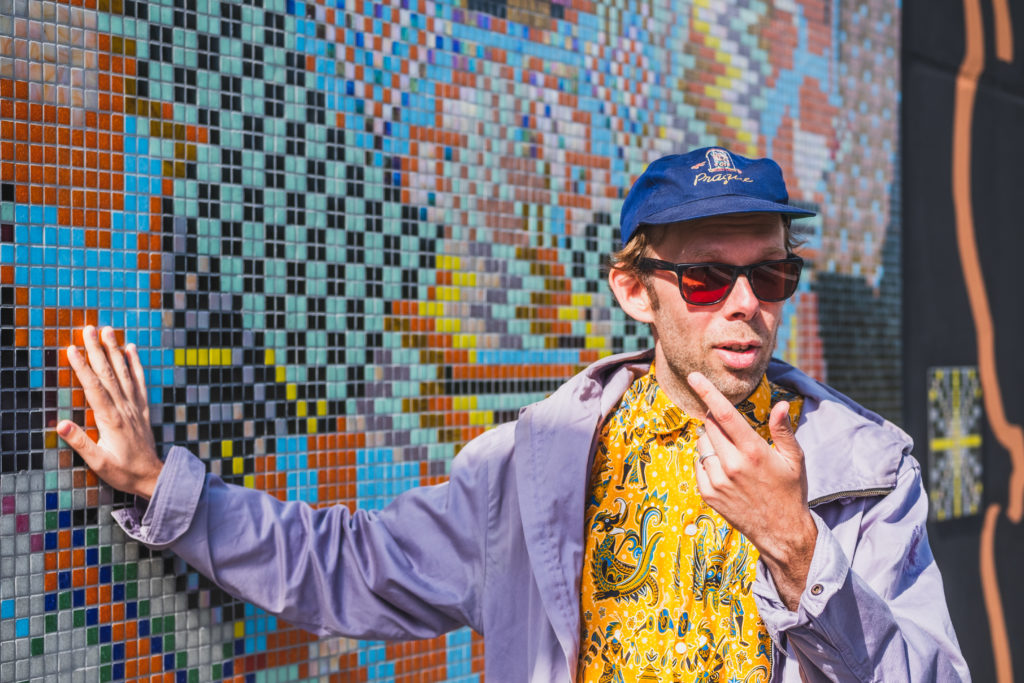 Taiteilija Jan Anderzén Ratikan taiteen teoksensa edessä
